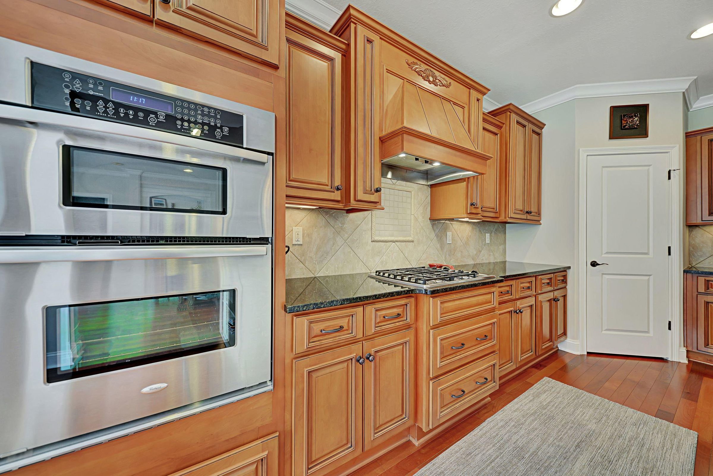Built-in oven, microwave.Gas cooktop.