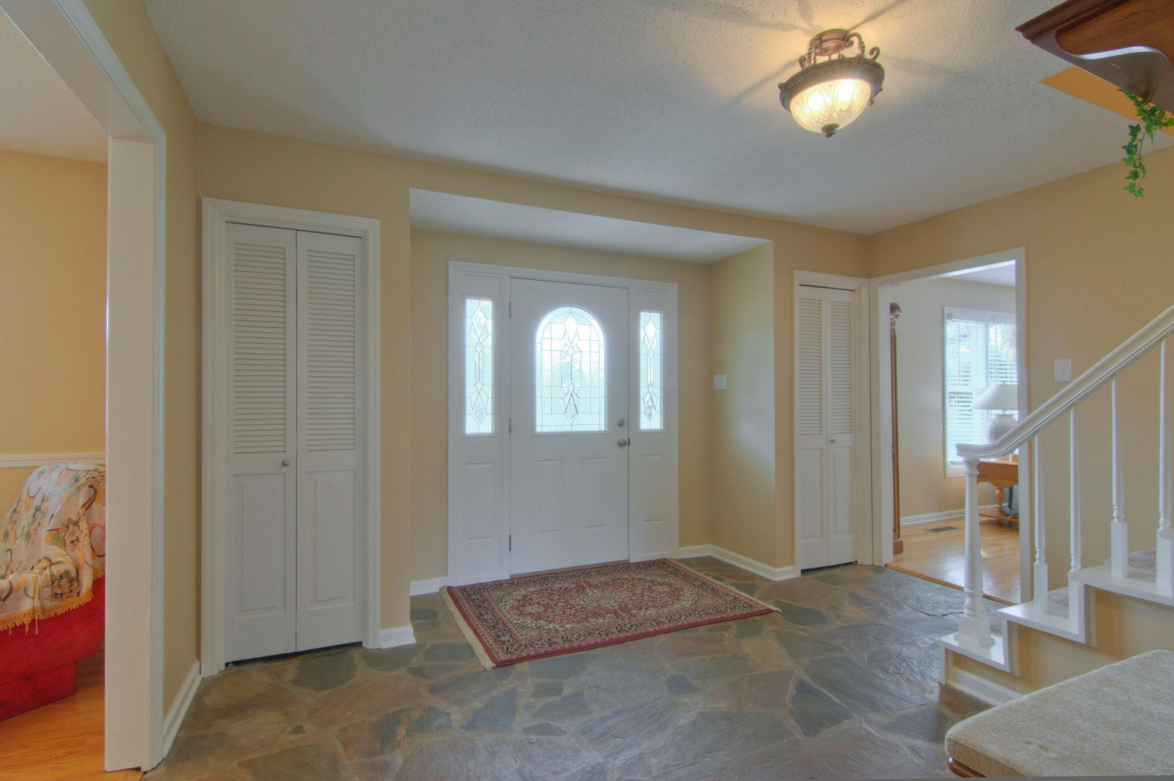 LARGE SPACIOUS FOYER