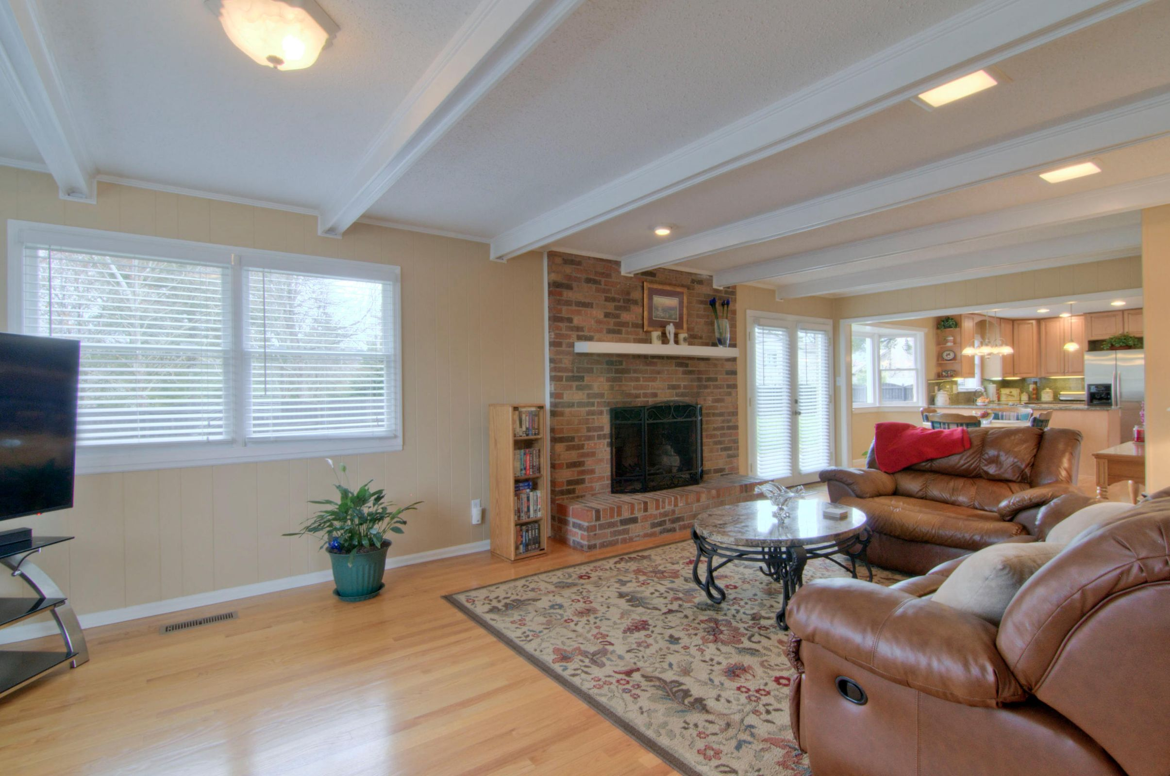 LARGE FAMILY ROOM W FIREPLACE