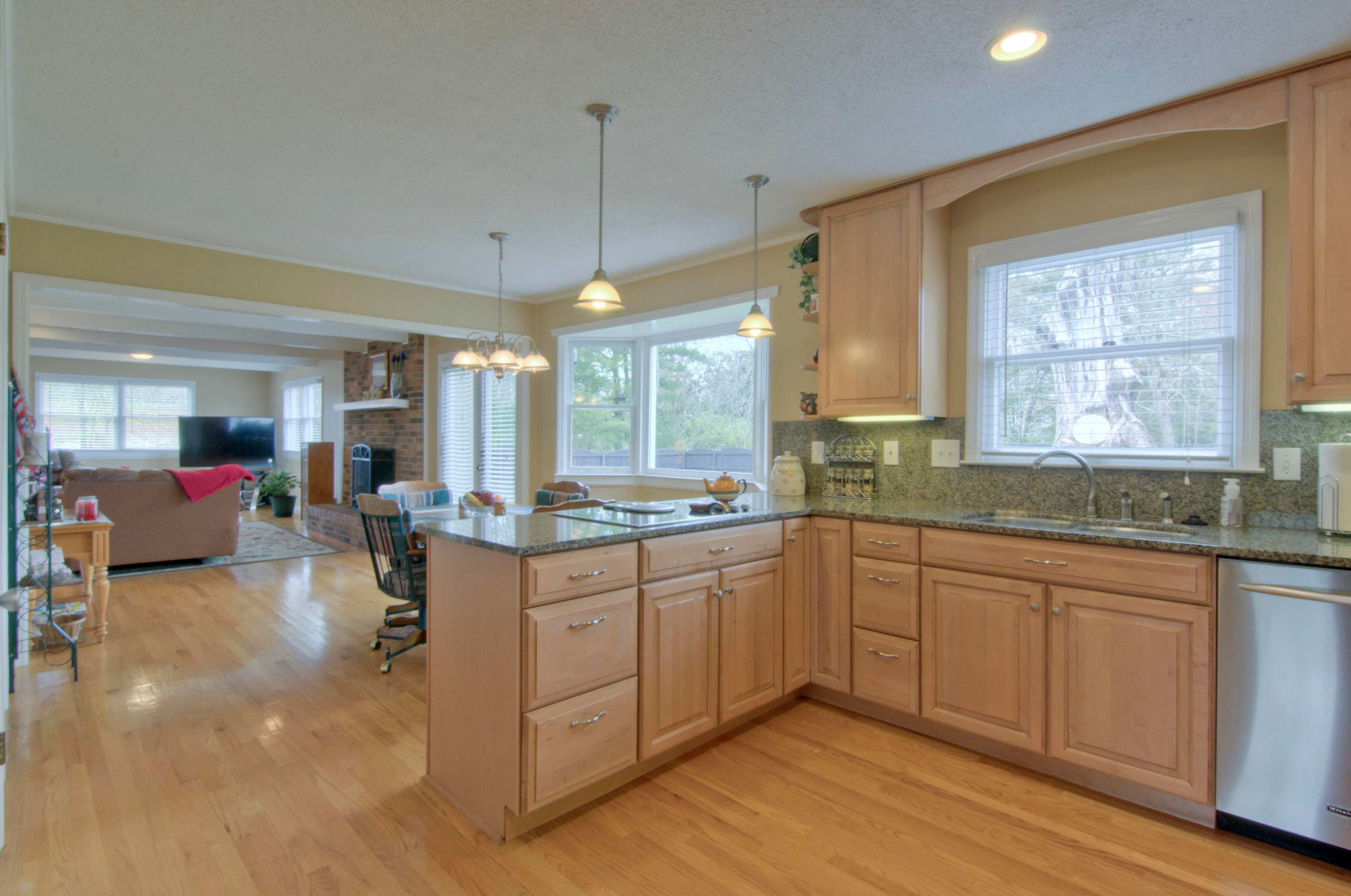 GRANITE TOPS & STAINLESS APPLIANCES