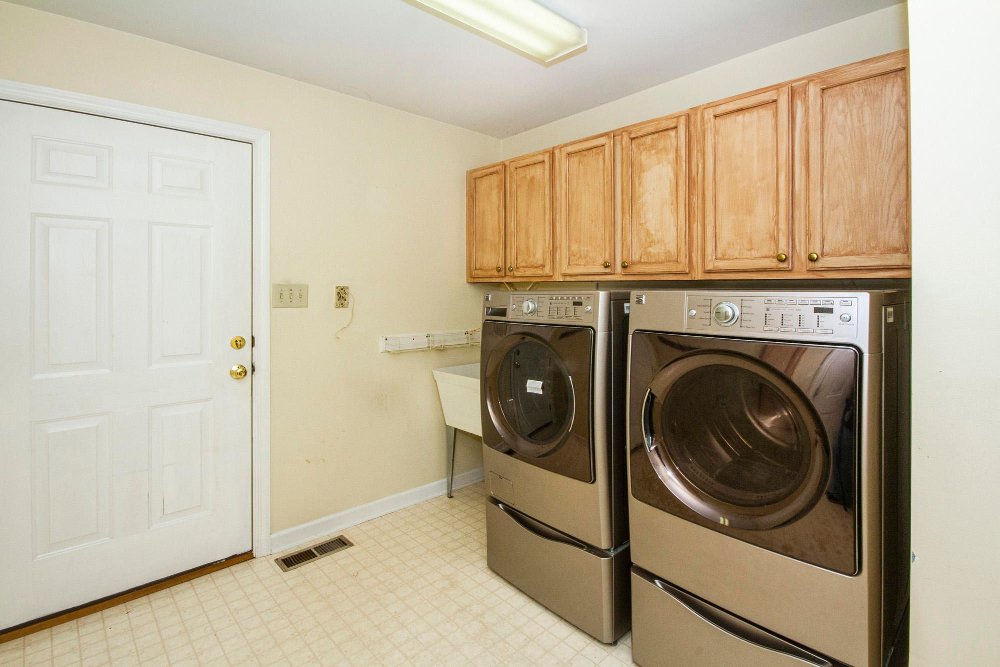 Mudroom/ Laundry w/Washer & Dryer!