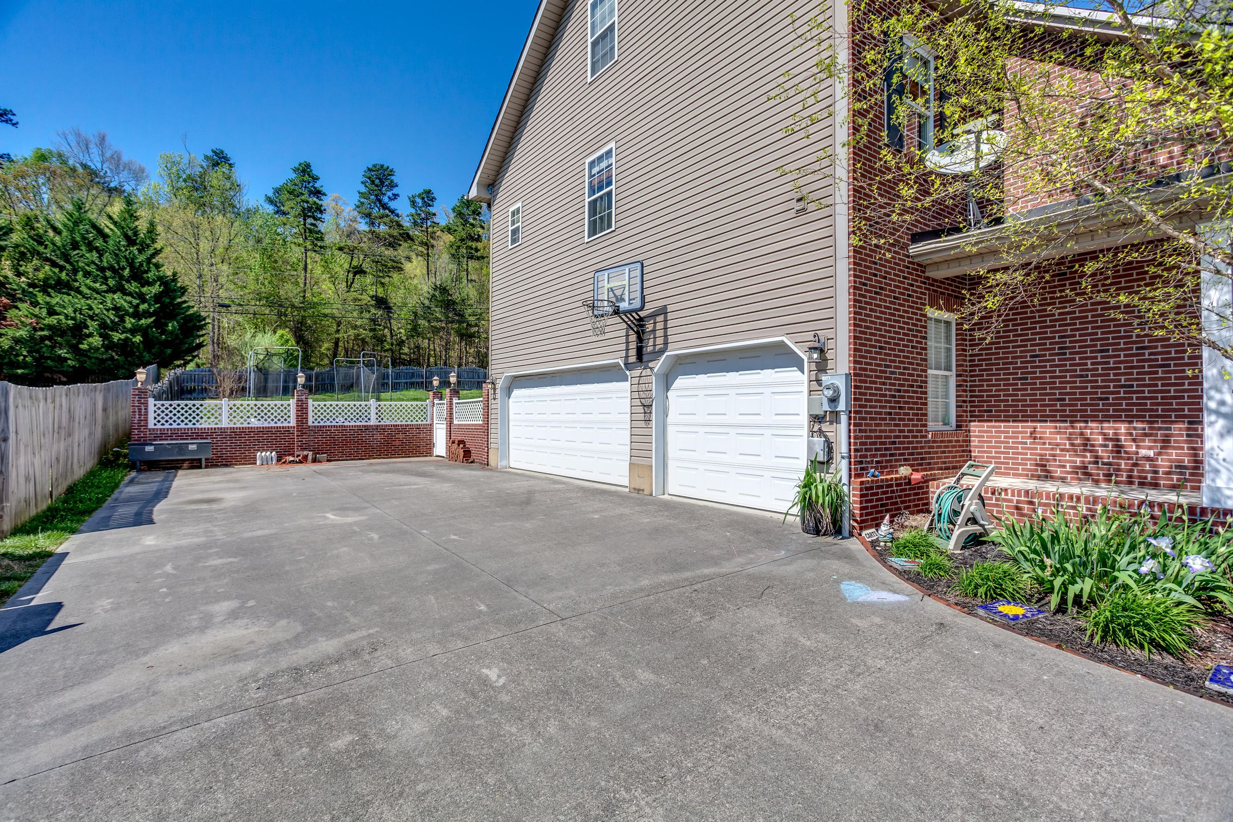 1151 Paxton Drive - 3 car garage - parki