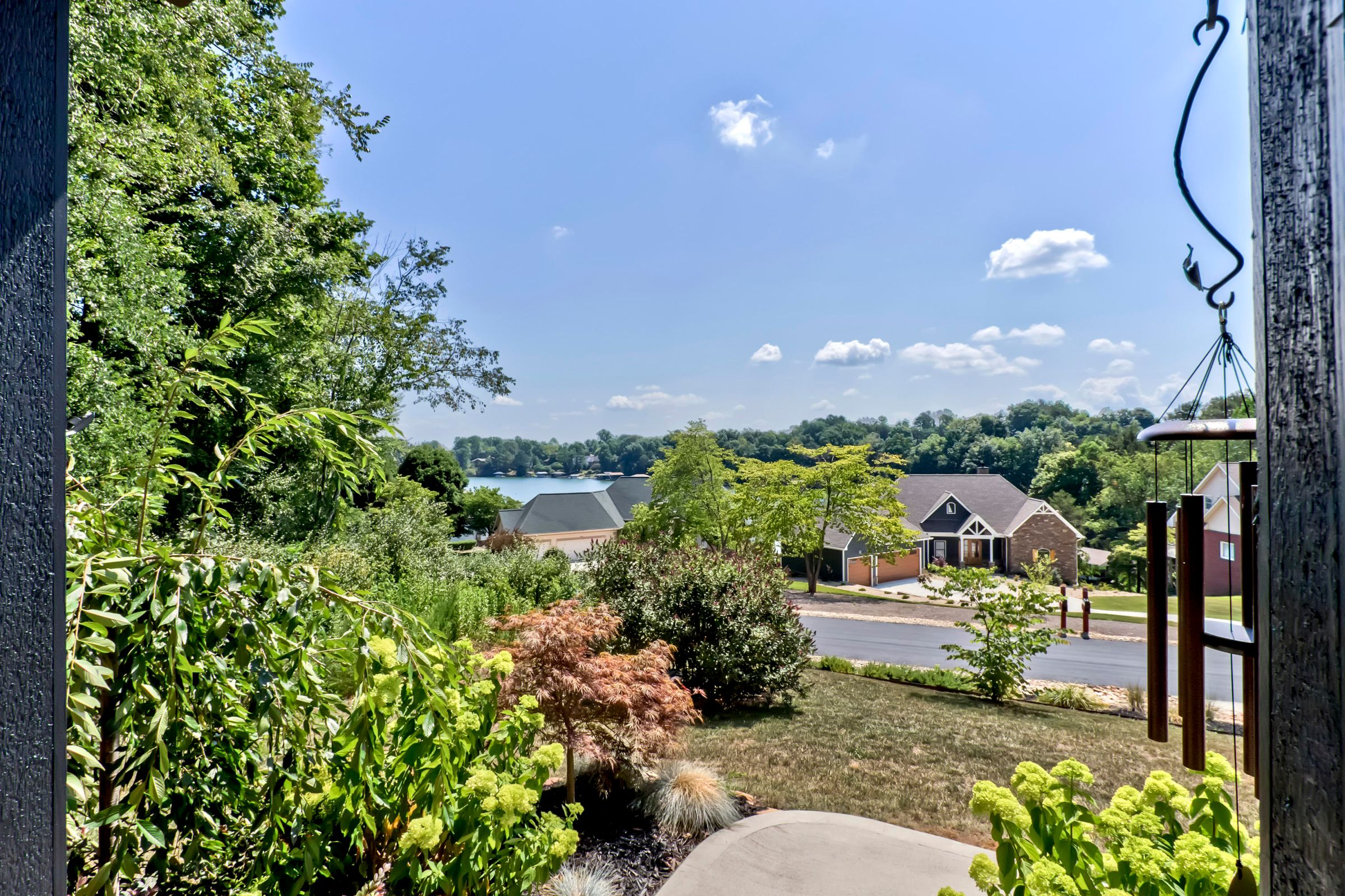02_InagehiWay_161_FrontPorchView