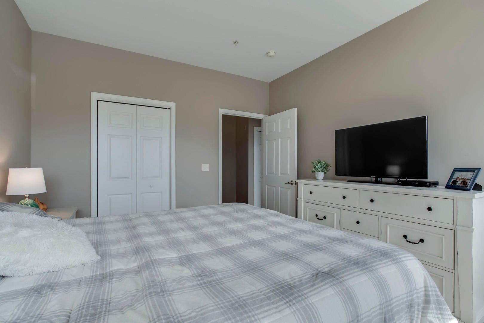 25_RarityBayParkway_535_107_Bedroom3_02