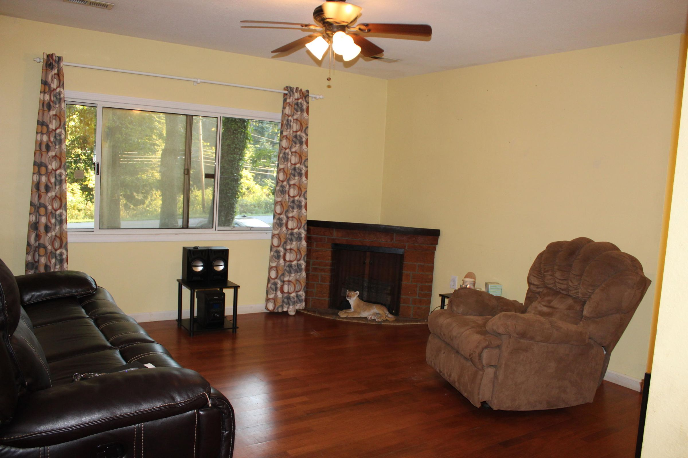Living Room, fireplace doesn't convey