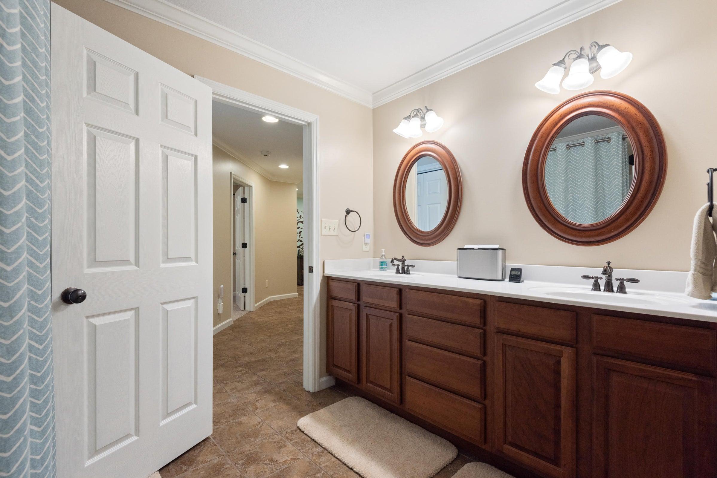 Full Bathroom 4