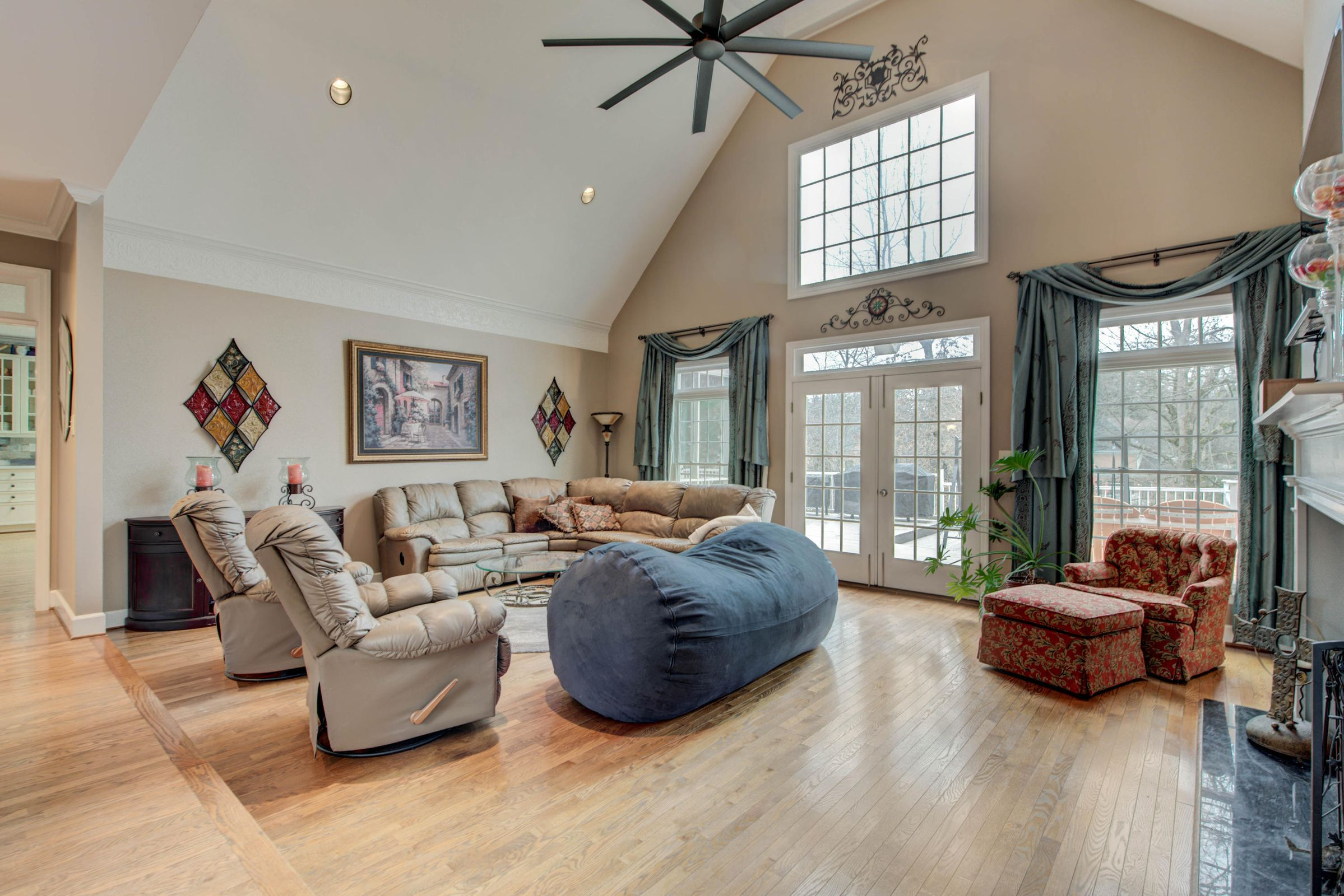 SPACIOUS GREAT ROOM W/SOARING CEILINGS