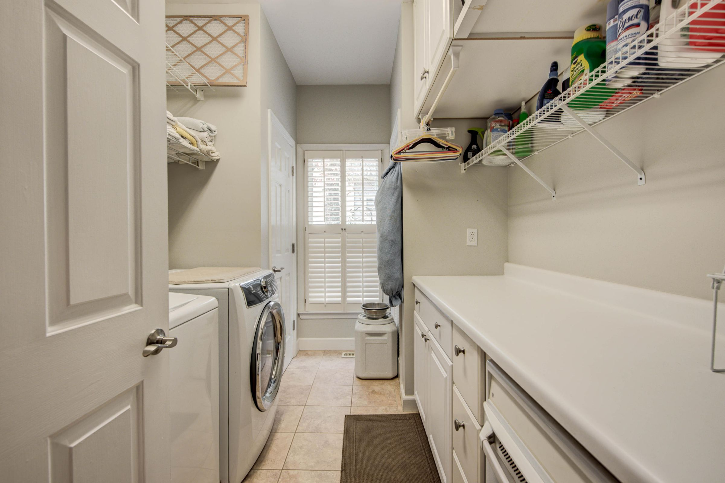 HUGE LAUNDRY ROOM ON MAIN LEVEL