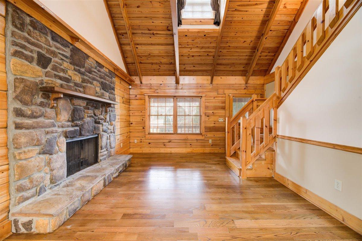 1408 Tomahawk Living Room