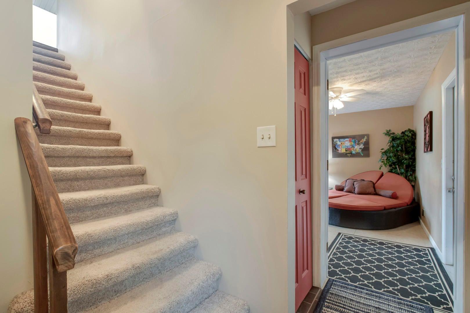 05_SandyShoreDrive_3600_StairsUp
