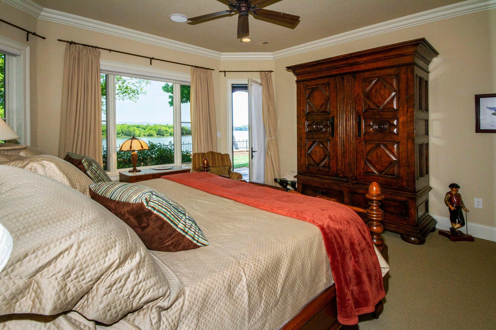 Lakeview En-Suite with Patio Access!