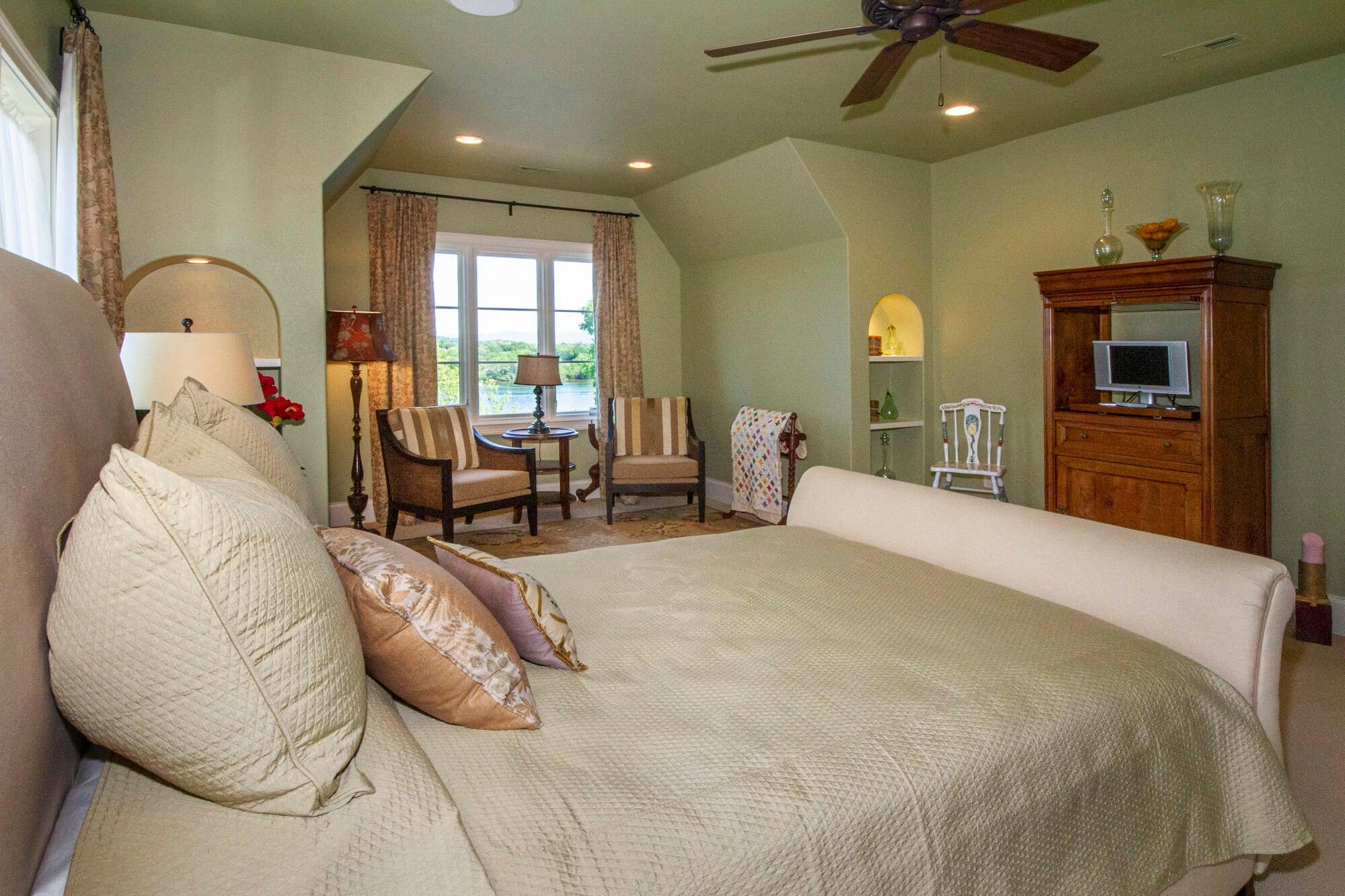 Spacious Lakeview En-Suite!