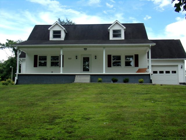 Large Front lawn/covered front porch/ lake view