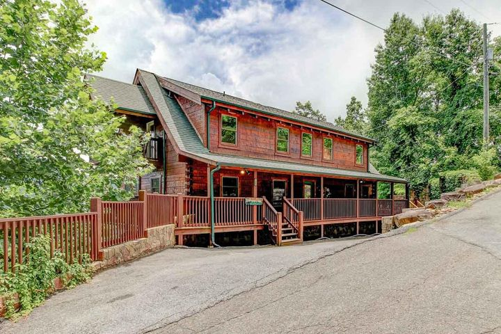 World-class views, rustic log construction, and plenty of room for large groups make this handsome lodge in Pinnacle View a rental standout. With 5 suites, each with ensuite bath, private deck access, and windows facing the National Park, every guest is in for a great experience.