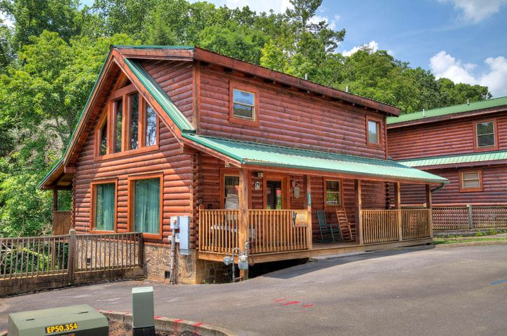 SPACIOUS cabin in PIGEON FORGE, MINUTES FROM MAIN PARKWAY. Cabin features 2 MASTER SUITES each with its own bathroom and king size bed plus GAME AREA UPSTAIRS. Fully equipped kitchen, comfortable dining area open to the living room. Cabin is located in Blackberry ridge community with a pool, beautiful landscaping, and paved roads. NO STEEP MOUNTAIN ROADS. AMPLE PARKING. EXCELLENT LOCATION: just a few minutes away from downtown Pigeon Forge, ~15 min to Dollywood.