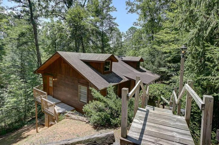 One-bedroom cabin near the Arts and Crafts Community in Gatlinburg! Nestled in the woods, convenient to Gatlinburg or take the back roads toPigeon Forge to enjoy all the area has to offer. Best of all not far to go and explore ''The Great Smoky Mountains National Park!'' On rental program and doing well. *There are approx. 22 stairs to go down from parking area to cabin so although one level not suitable for those that cannot handle stairs. Peaceful, secluded and convenient!