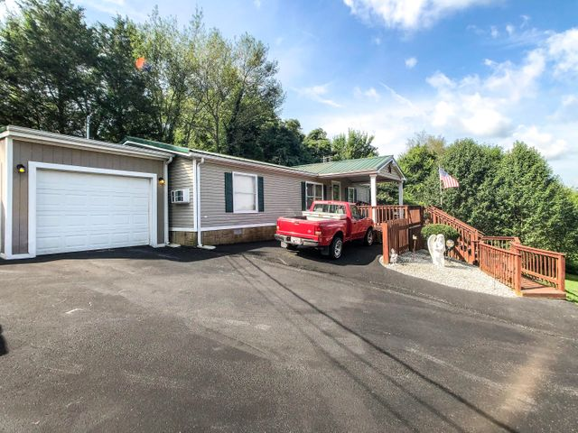 3BR/2BA on permanent foundation with Mountain views on 1 acre with double Garage storage, ''she shed'', wheelchair accessible, Workshop, paved Driveway, private & more.  convenient and just 15 min to Dollywood. Perfect for permanent or 2nd home.