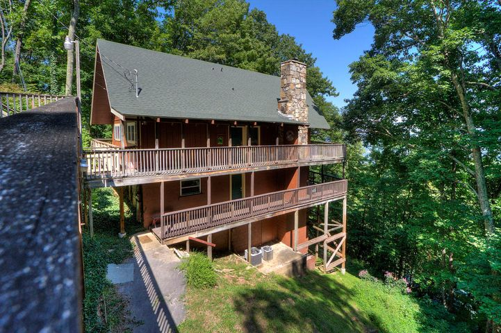 5 BEDROOM CHALET nested in a private wooded setting with nice MOUNTAIN VIEW MINUTES FROM DOWNTOWN GATLINBURG. On track to gross ~ $50,000 in 2019.
