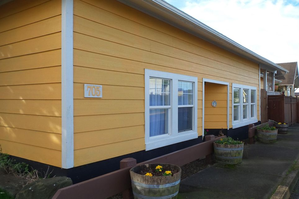 705/711 SW 2nd St, Newport, OR 97365 - 705exterior1_oregon_coast_nye_beach_home
