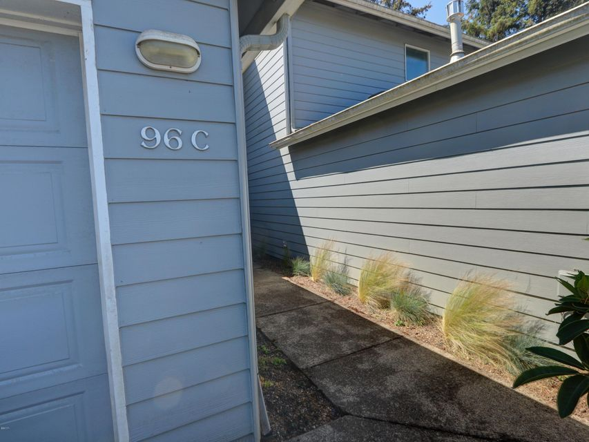 96 NW 33rd Pl, C, Newport, OR 97365 - Entrance