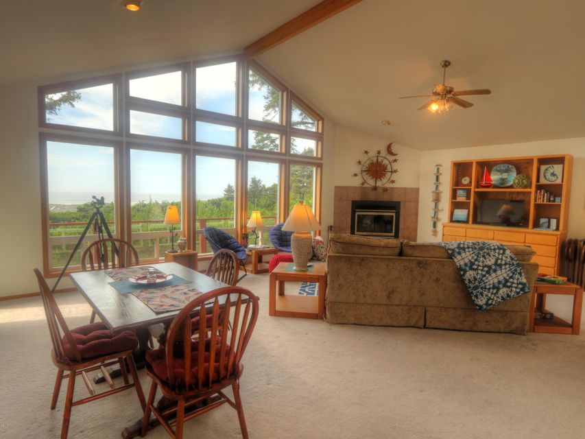 3010 NW Sandpiper Circle, Waldport, OR 97394 - Living Room