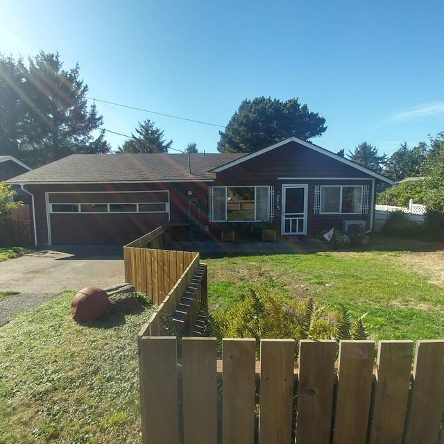 2415 NW Nye St, Newport, OR 97365 - Deep front yard