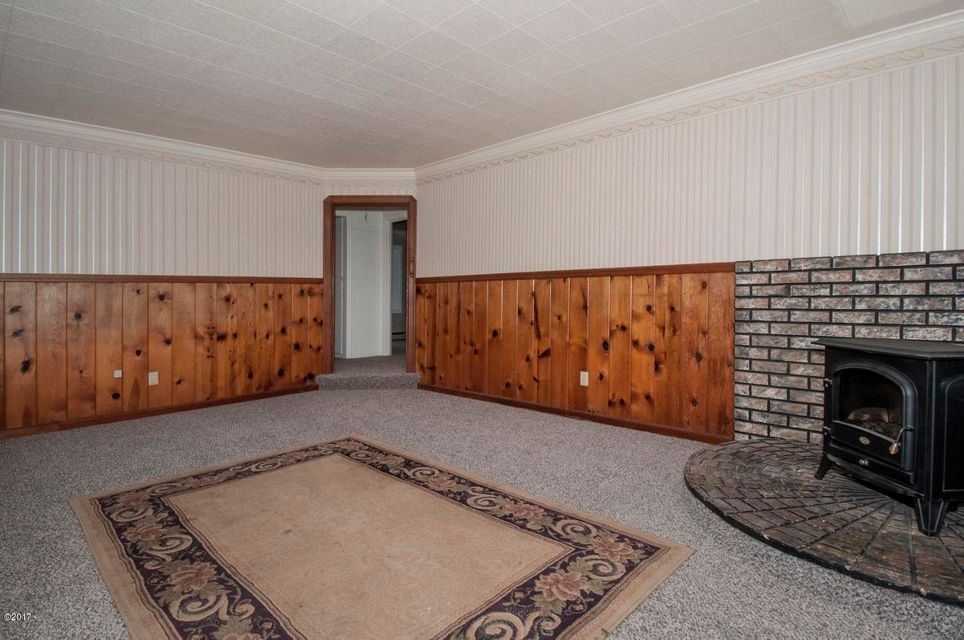 2841 NE Holmes Rd, Lincoln City, OR 97367 - Living Room