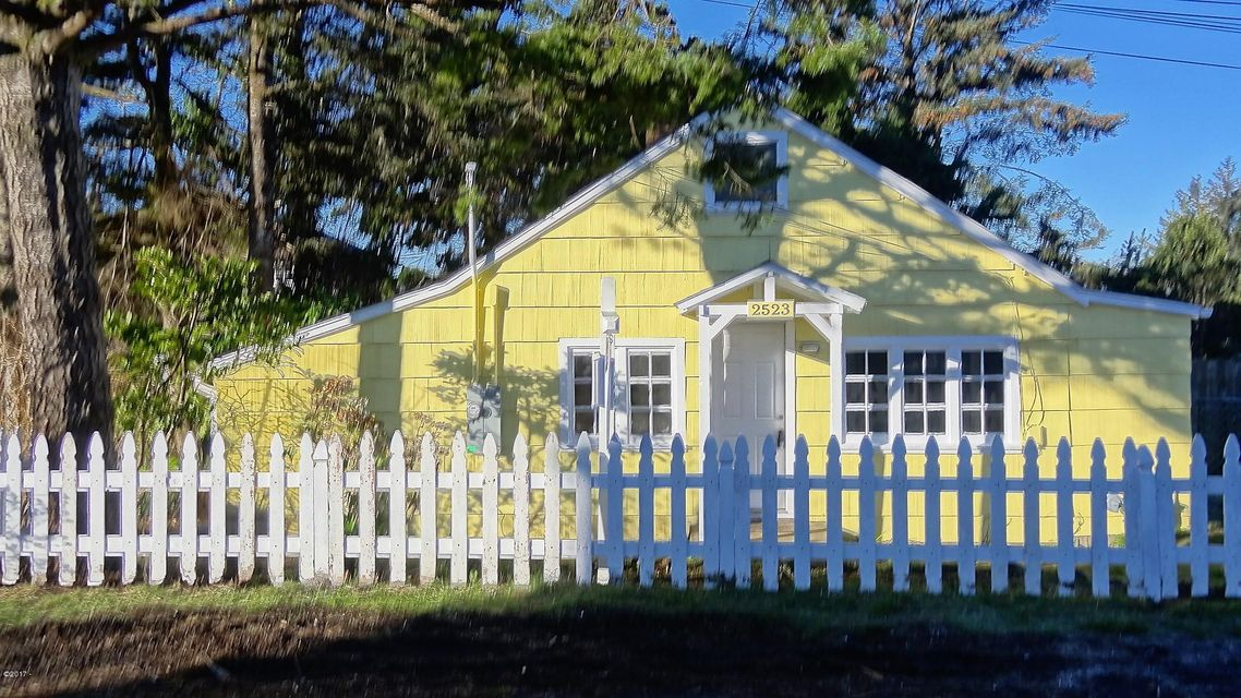 2523 NW Oar Ave, Lincoln City, OR 97367 - Picture perfect cottage
