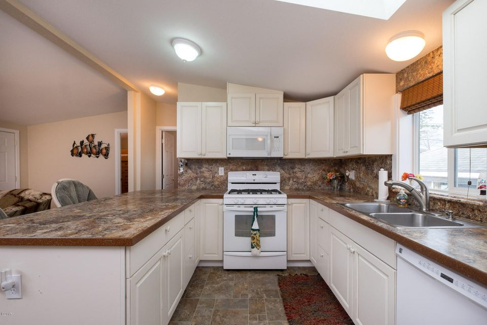 614 SE Port Ave, Lincoln City, OR 97367 - Kitchen