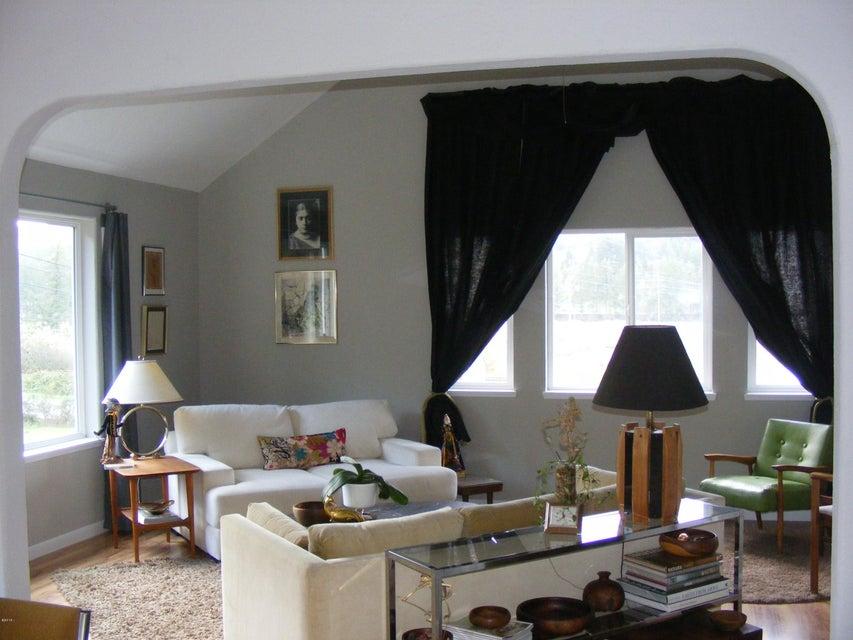 656 Cherry Ln, Toledo, OR 97391 - Living room