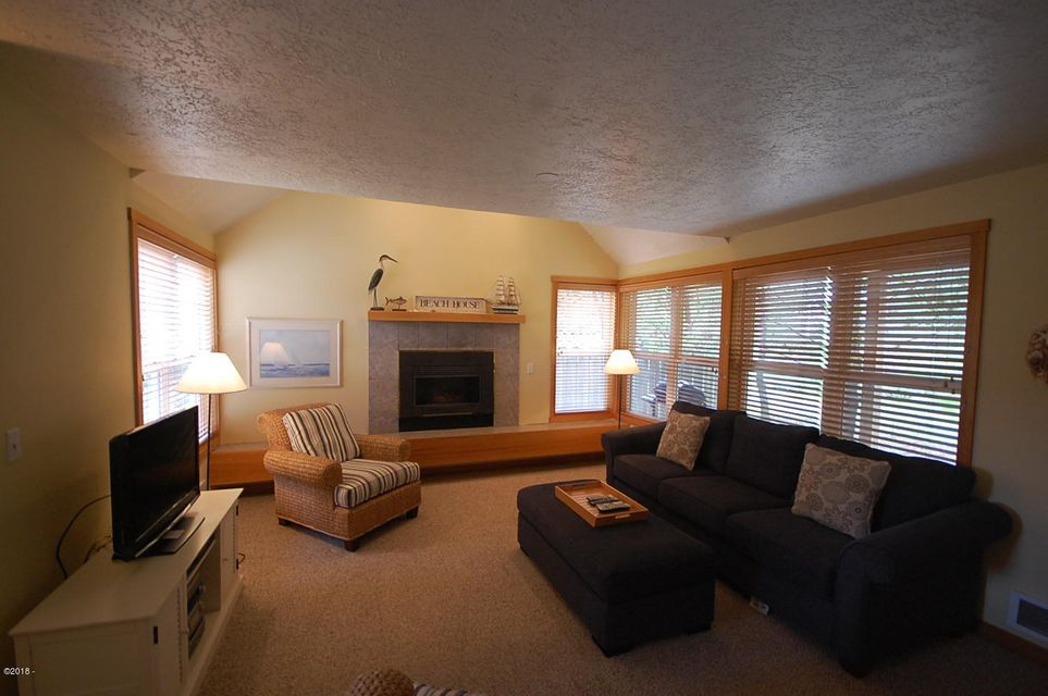 5700 Barefoot Ln SHARE G, Pacific City, OR 97135 - Living Room