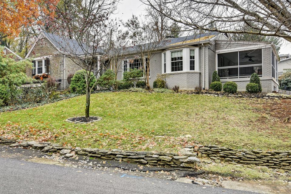 One story living in 40205 in a quiet nook, between Clayton and Dundee Way, close to great public and private schools and with easy access to Lakeside, the airport, and the restaurants and businesses of the Highlands. You'll appreciate random width, pegged, hardwood flooring throughout the first floor, including the bedrooms. The living room...