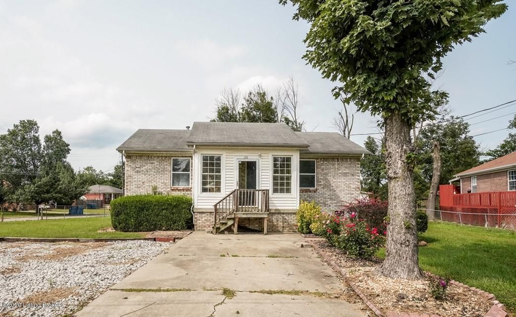 Great Move in Ready starter home located in Shepherdsville on a huge fenced in level lot. New carpeting, new laminate flooring. Spacious Living Room with neutral walls. Kitchen has plenty of cabinet space. 2 good sized Bedrooms. Call for your showing today!