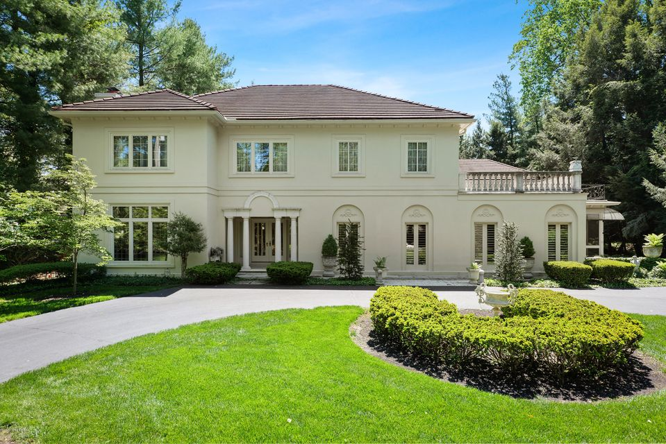 Absolutely gorgeous custom built estate with a spacious rear brick terrace and a separate carriage house, all on a private lot just 10 minutes from downtown. This property was built for those who like to entertain with its open concept design, ornate fixtures and exquisite millwork. As you enter the marble tiled foyer you are flanked by a...
