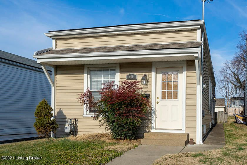 This Germantown charmer has it all. Open living space, high ceilings, good light, two bedrooms, one and a half bath, oversized one car garage on a paved alleyway and a fully fenced private backyard. Walk to countless great restaurants and good coffee.