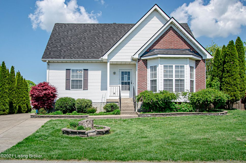 Take a look at this charming 3 bedroom / 2 full bath cape cod in Rolling Ridge, Simpsonville.  This property features a 1st floor bedroom and laundry. Upstairs has 2 good size bedrooms with HUGE closets.  Lots of storage space in this home.  This home has a new roof that was added a few months ago.  Outside you will find it is a good size...