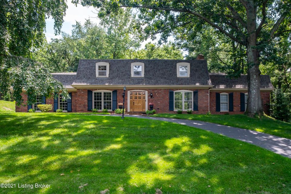 Built for entertaining, this sprawling home features more than 4000 square feet -- all above ground -- in the desirable community of Hunting Creek. Here you'll find both indoor and outdoor spaces that are ideal for events both large and small, from Derby Day to your next dinner party. Enjoy peace of mind with a multitude of updates including...
