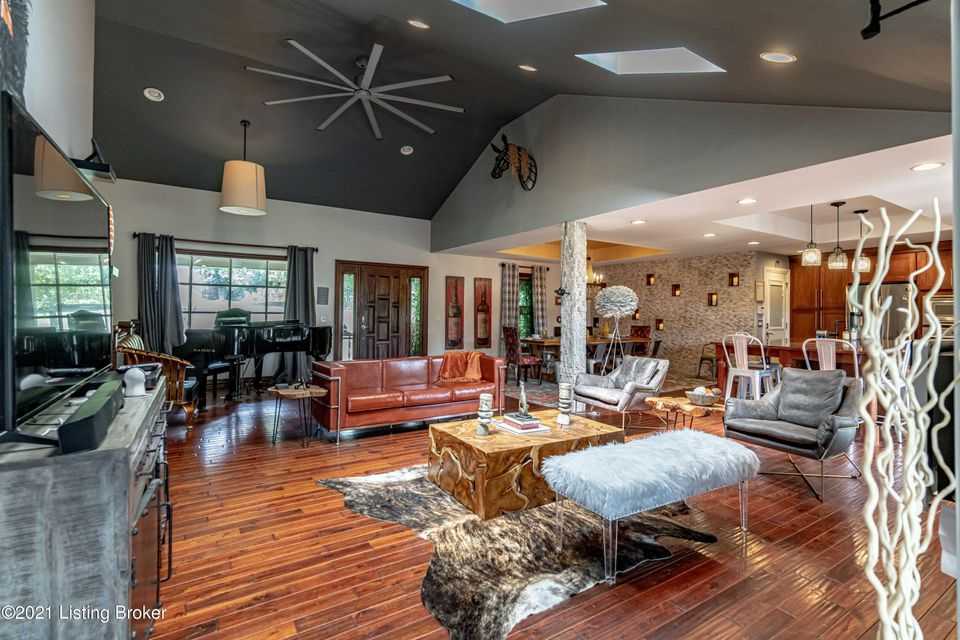 Sitting on over 2.5 acres, this stunning open concept home provides endless entertainment space inside and out.  Fully renovated, not only will you appreciate its modern yet relaxing vibe, you will also enjoy many upgrades throughout.  The kitchen has been equipped with stainless steel appliances, granite countertops, wine rack, ice maker,...
