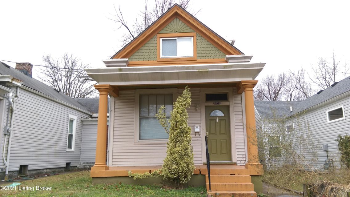4 BR, 2 bath home with hardwood and tile flooring. This unit also features central air, washer/dryer hook-ups, vaulted ceilings, a basement, fenced-in yard and ceiling fans.
