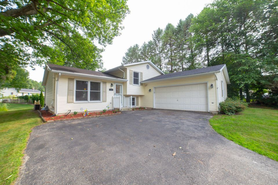 913 Imperial Dr,Hartland,Wisconsin 53029,3 Bedrooms Bedrooms,2 BathroomsBathrooms,Single-Family,Imperial Dr,1598359