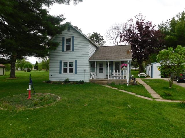 Country feel in this 2 bedroom 2 bathroom home. Located on dead end street, this home is move in ready and plenty of room with the property including 5 lots to make a HUGE YARD!