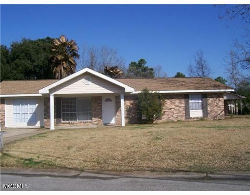 Corner lot! Family Ready! Blocks from beach and close to school!