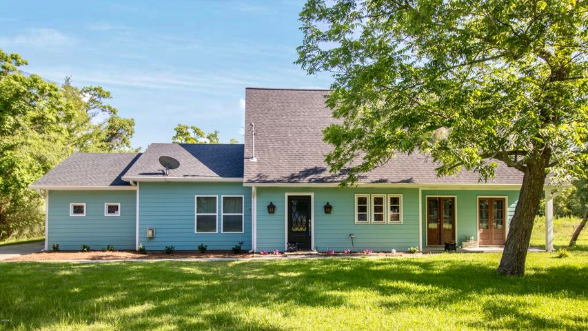 858 E 2nd St, Pass Christian, MS 39571