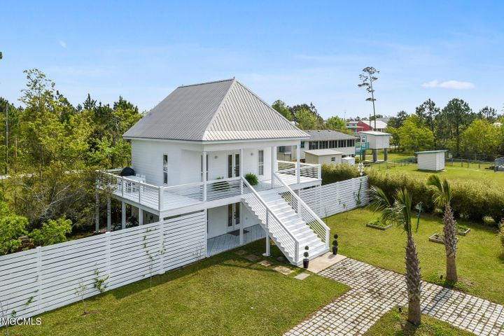 218 Surf St, Waveland, MS 39576