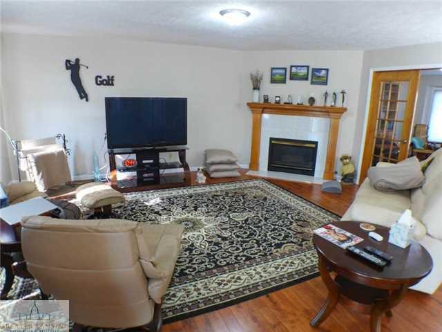 218 Oakwood Dr - Living Room - 7