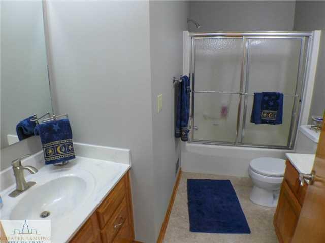 218 Oakwood Dr - Second level full bath - 16