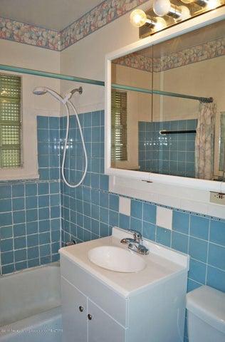 2035 Riverside Ct - Main Bath - 21