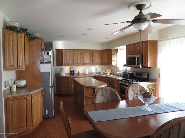6038 Hart St - Kitchen - 6