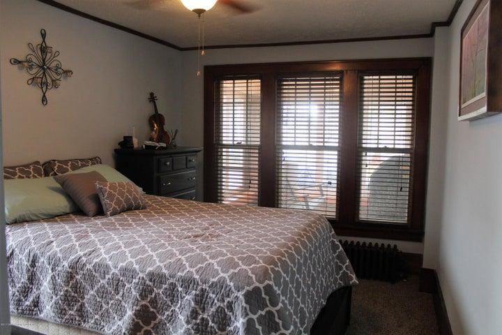305 E McConnell St - Main floor bedroom - 11