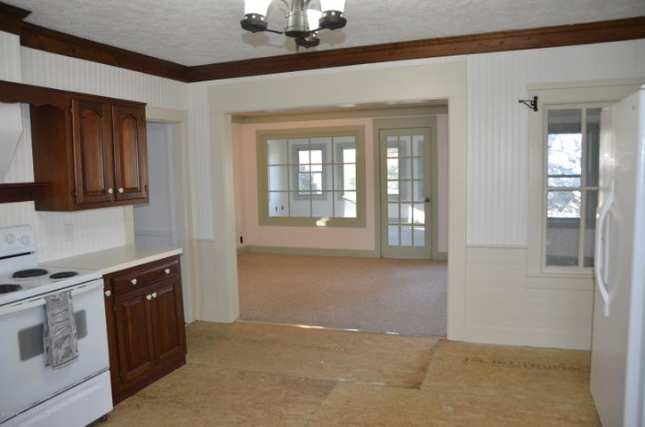 4895 Barton Rd - Kitchen and Informal Dining - 22